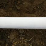 Goed kijken: kleine gaatjes in pvc pijp met kous erover als filter