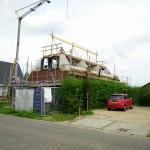 Voorkant van het huis met de nokbalk goed in zicht
